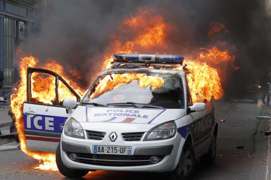 voiture de police incendi e un am ricain de 27 ans mis en examen et crou. Black Bedroom Furniture Sets. Home Design Ideas