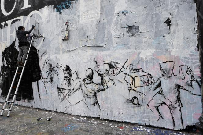 Fresque quai de Valmy à Paris, le 18 mai, à proximité d'unevoiture de police incendiée en marge d'une manifestation contre« la haine anti-flics».