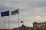 Un drapeau grec et de l'Union européenne flottentdevant le temple du Parthénon à Athènes, le 22 mai 2016.