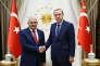Le président turc, Recep Tayyip Erdogan (à droite), serre la main de Binali Yildirim, le nouveau chef du Parti de la justice et du développement (AKP) et, de facto, premier ministre, au palais présidentiel d'Ankara, le 22 mai.