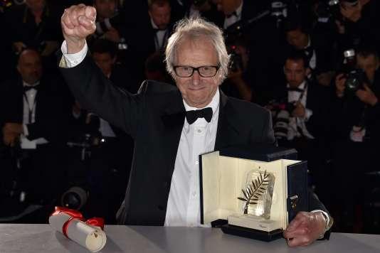 Le cinéaste britannique Ken Loach et sa Palme d'or pour son film« Moi, Daniel Blake» au 69e Festival de Cannes, le 22 mai 2016.