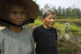 Pham Thi Thuan et Ha Thi Quy, en 2007, devant le fossé où elles ont failli mourir en mars 1968, lors du massacre de My Laï.