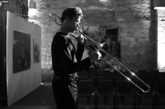 Le tromboniste américainRay Andersonétait en concert le jeudi 19 mai à La Collégiale Saint-Pierre-La-Cour au Mans.