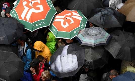 Le propriétaire de l'un des parapluies a visiblement souhaité faire passer un message.