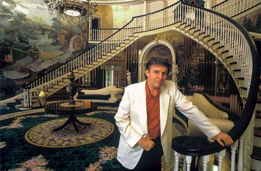 Le milliardaire pose dans sa maison du Connecticut, en août 1987.