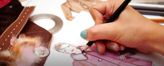 Pour les contrefacteurs,plus besoin de stylistes : ilspeuvent tout simplement faire leur marché parmi les modèlesvus lors des défilés, par le biais des réseaux sociaux par exemple.