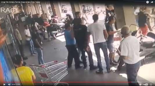 Des médias israéliens ont publié le 22 mai une vidéo d'amateur où l'on voit un employé de supermarché arabe israélien être violemment battu par des policiers à Tel-Aviv.