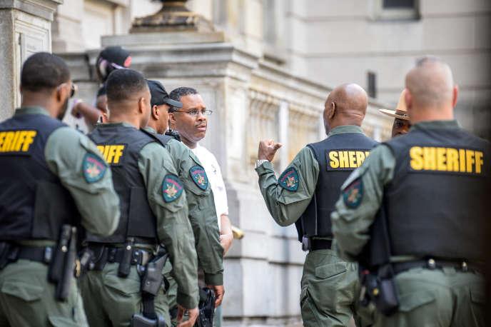 Des policiers déployés devant le tribunal de Baltimore (Maryland), le 23mai, pour l'audition du policier Edward Nero, suspecté de la mort de Freddie Gray.