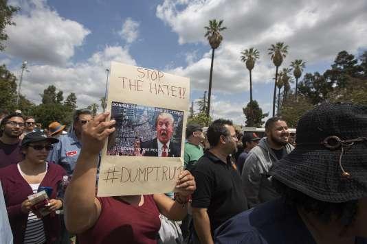 Une sympathisante de Bernie Sanders tient une pancarte hostile à Donald Trump en marge d'un rassemblement du candidat démocrate àEast Los Angeles, en Californie, le 23 mai 2016.