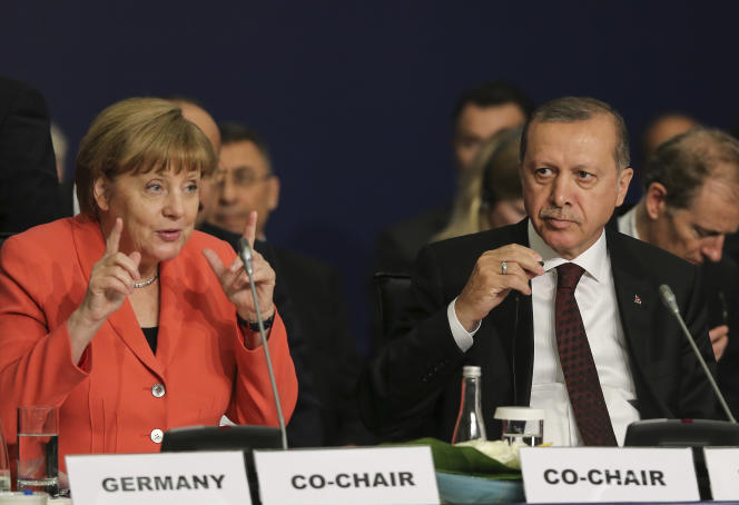 La chancelière allemande, Angela Merkel, avec le président Recep Tayyip Erdogan, au cours d'une table ronde sur «le leadership politique pour prévenir et mettre fin aux conflits»,lors du Sommet mondial de l'humanitaire, à Istanbul, lundi 23 mai.