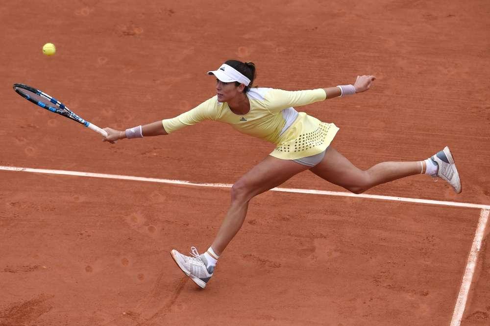 L'Espagnole Garbine Muguruza, tête de série numéro 4, s'est qualifiée pour le deuxième tour en battant la Slovaque Anna Karolina Schmiedlova en trois sets 3-6, 6-3, 6-3.Elle affrontera la Française Myrtille Georges, 203e mondiale.
