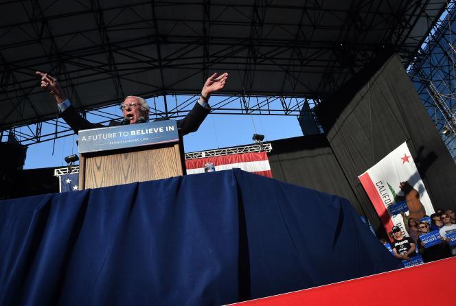 Le sénateur du Vermont Bernie Sanders lors d'une réunion publique le 22 mai 2016 à Irvine, en Californie.
