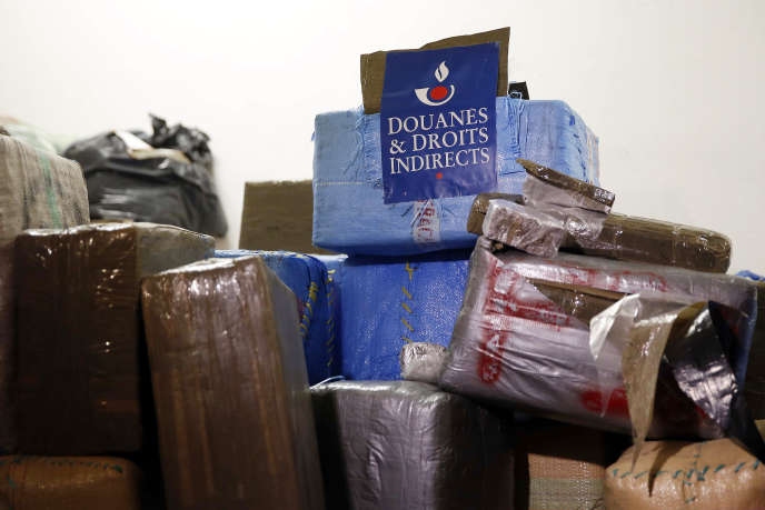 Sept tonnes de cannabis saisies dans trois véhicules, le 18 octobre 2015, et rapportés au siège de la direction nationale du renseignement des douanes et enquêtes (DNRED) à Ivry-sur-Seine (Val-de-Marne).