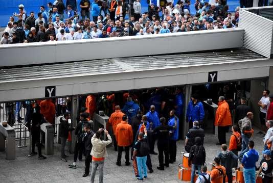 Le personnel de sécurité du Stade de France contrôlant les supporters marseillais, le 21 mai 2016.