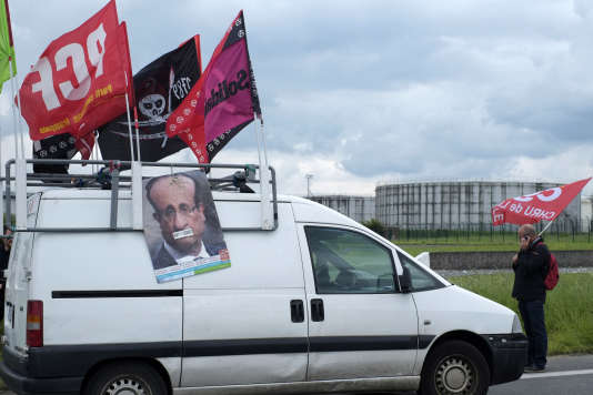 Un syndicaliste de la CGT près du dépôt de Douchy-les-Mines dans le nord de la France, le 23 mai.