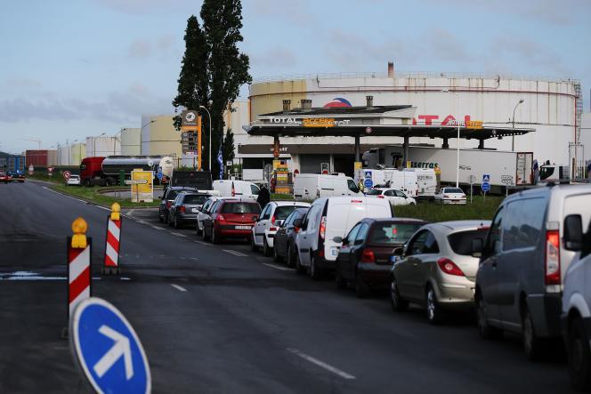 Les automobilistes font la queue devant une pompe à essence, près de Gonfreville-l'Orcher, le 23 mai.