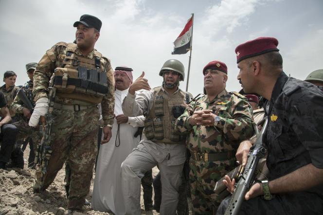 Le cheikh Fayçal Al-Essaoui, à la tête de 1700 combattants sunnites ralliés à la mobilisation populaire, combat l'EI au sud de Fallouja, le 7 mai 2016.