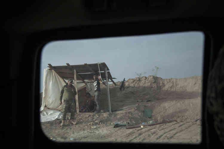 Préparée par des frappes aériennes de la coalition internationale contre l'EI dirigée par les Etats-Unis, elle a débuté par un feu nourri de l'artillerie.