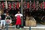 Un commerçant guette le client au marché central d'Athenes .