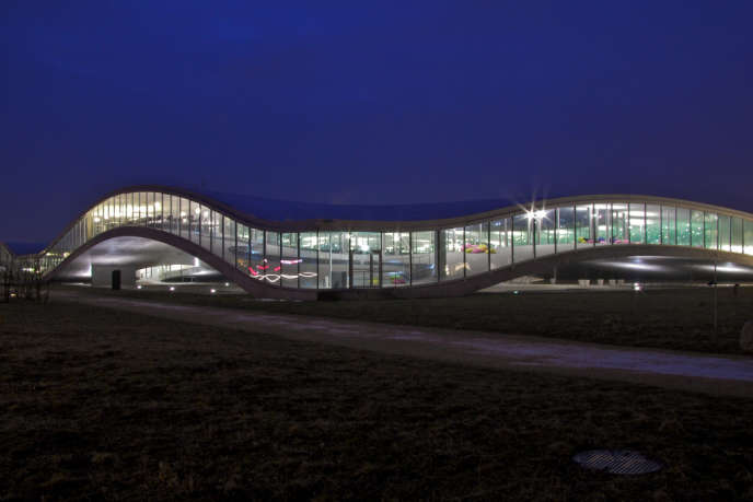 Inauguré en 2010, le bâtiment futuriste Rolex Learning Center, dotée d'unebibliothèque de 900 places.