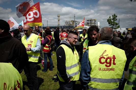 Du personnel gréviste de la raffinerie Exxon Mobil de Gravenchon se réunit, le 24 mai 2016 à l'entrée du site, alors que la grève vient d'être votée pour protester contre la loi travail.