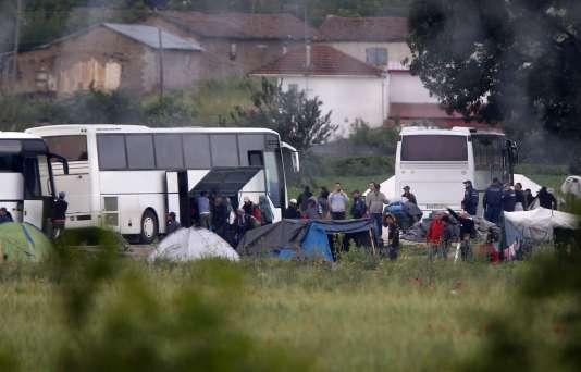 Plusieurs centaines de migrants sont évacués par car.