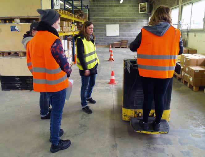 Des jeunes bénéficiant de la «garantie jeunes», un dispositif d'accompagnement des moins de 26 ans les plus précaires, suivent un atelier d'initiation aux métiers de la logistique, organisé par le centre de formation professionnelle (AFPA) de Douai-Cantin, dans le Nord.
