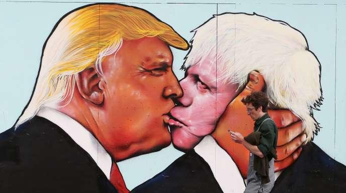 Sur un mur à Bristol, au Royaume-Uni, en mai 2016, une fresque représentant Donald Trump et le Britannique BorisJohnson.