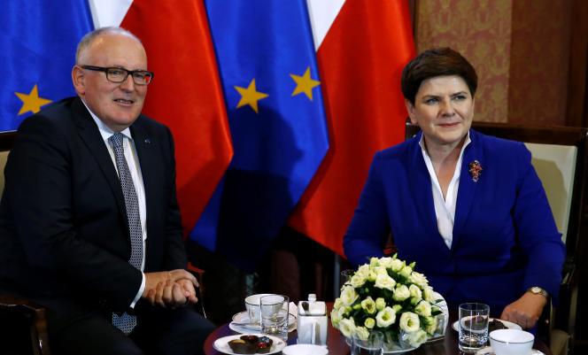 Le premier vice-président de la Commission, Frans Timmermans, et la première ministre polonaise,Beata Szydlo, à Varsovie, mardi 24 mai 2016.
