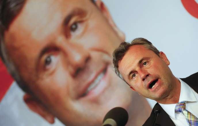 Norbert Hofer, le candidat du FPÖ, avait recueilli 49,7% des voix face au vainqueur du scrutin, l'écologiste Alexander Van der Bellen (50,3%).