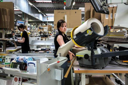 Des salariées d'Amazon emballent des colis dans l'entrepôt de Lauwin-Planque, dans le Nord, le 4 mai 2016.