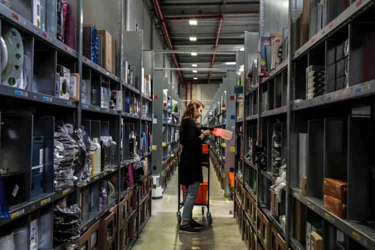 Un « pickeur », un salarié qui prélève les articles dans les rayons, peut parcourir environ 10 km par jour à pied.