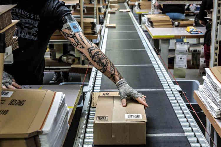 Une fois emballés, les articles partent par tapis roulant vers l'etiquetage.Cette opération est automatisée. Une machine « leSLAM»va contrôler que le poids réel du colis correspond bien au poids théorique en fonction du produit.