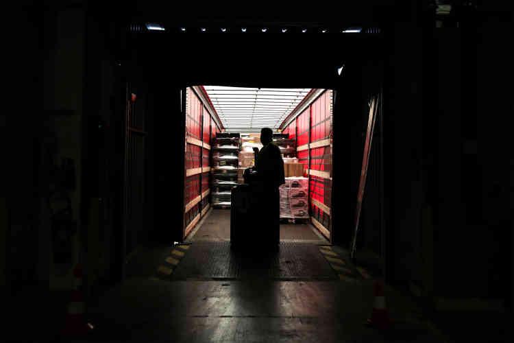 Déchargement des camions au quai de réception.