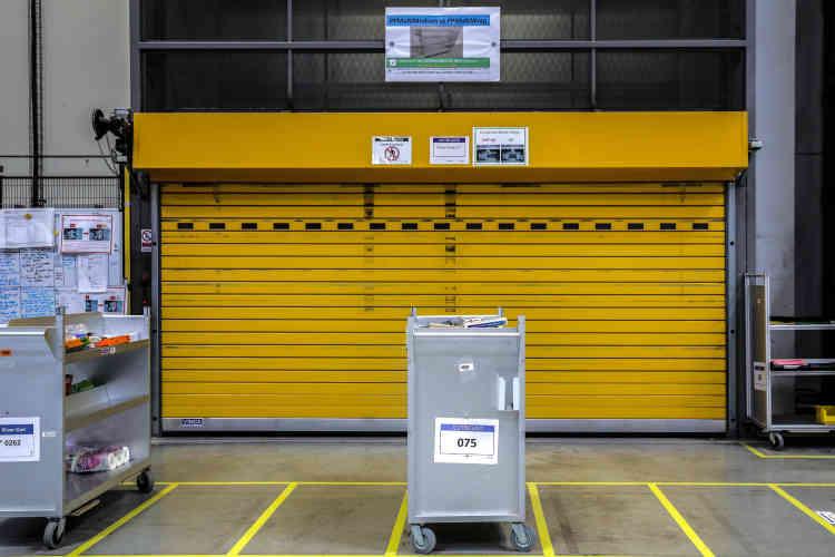 Les chariots d'articles prélevés en attente de partir à l'embalage par le monte-charge.