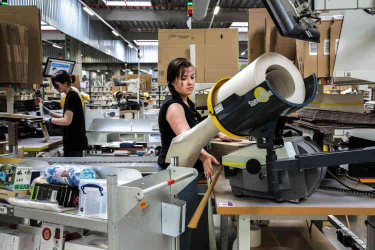 L'emballage des articles se fait manuellement mais les emplyés sont aidés par un logiciel informatique qui indique,en fonction de la commande, quel type de carton choisir, les produits à scanner, la longueur du scotch à fournir, etc.