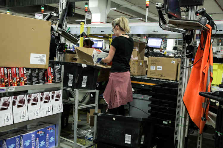 Les articles reçus sont référencés avant d'être stockés.Les postes de travail ont été étudiés pour être les plus ergonomiques possible.