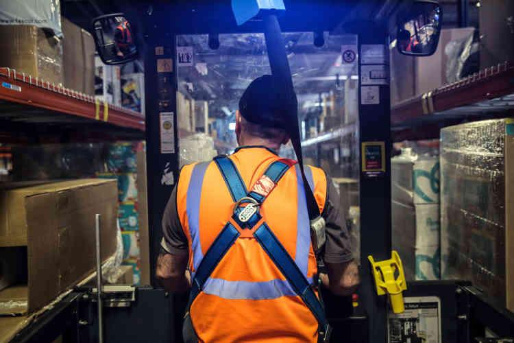 Prélévement des gros articles.Tout est géré de manière informatique. Un scanner fournit les indications qui permettent à l'employé de se réperer à travers les rayons.