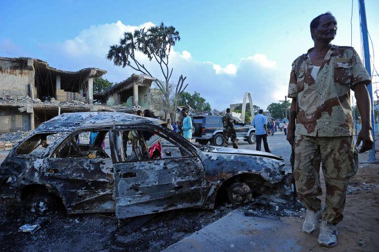 A Mogadiscio, après l'explosion d'une voiture piégée par le groupe islamiste terroriste Chabab, le 26 février 2016, qui a tué 14 personnes.