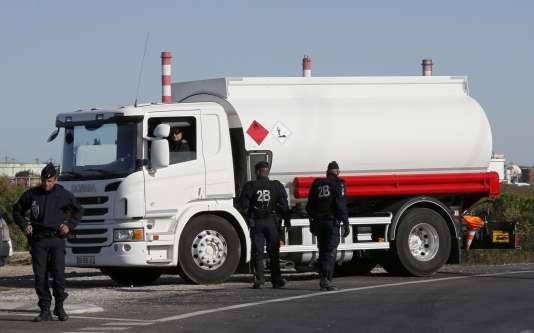 Camion-citerne devant un dépôt pétrolier à Fos-sur-Mer, près de Marseille, le24mai2016.