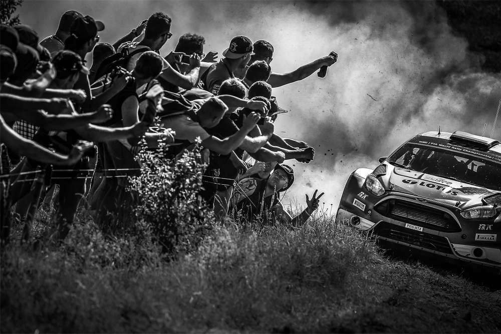 Médaille de bronze catégorie Insolite pour la Française Sarah Vessely. Le public polonais acclame « son»pilote Robert Kubica, le 4 juillet 2015 lors de la 7e étape du Cchampionnat du monde des rallyes (WRC).