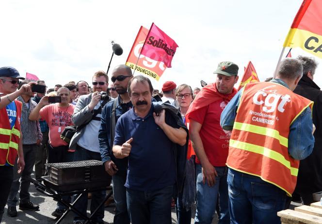 Le secretaire général de la CGT Philippe Martinez avec les gréviste de la raffinnerie de Douchy-les-Mines le 21 mai.