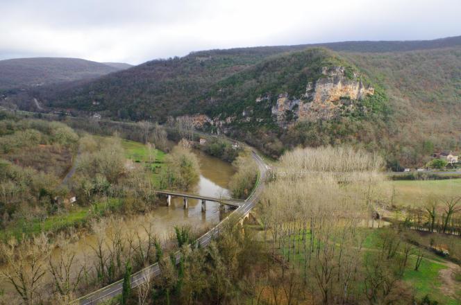 La vallée de l'Aveyron, à hauteur de la grotte de Bruniquel, vue depuis le village de Bruniquel, Tarn-et-Garonne.