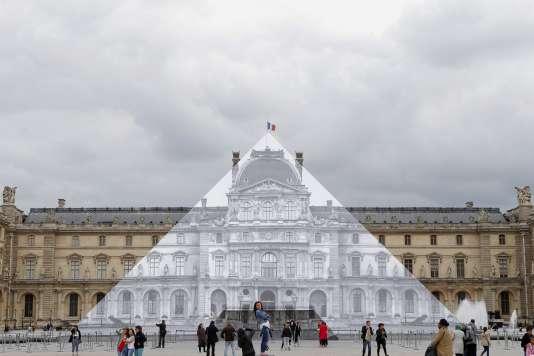 Quand la Pyramide du Louvre disparaît : une anamorphose photographique de JR collée sur une face du monument en verre de Pei.