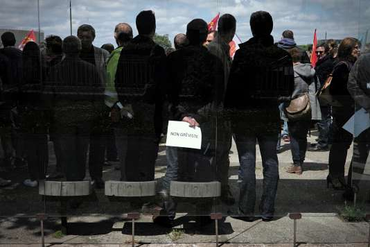 Du personnel non grèviste de la raffinerie Exxon Mobil de Gravenchon font face aux grèvistes, le 24 mai 2016 à l'entrée du site, alors que la grève vient d'être votée pour protester contre la loi Travail.