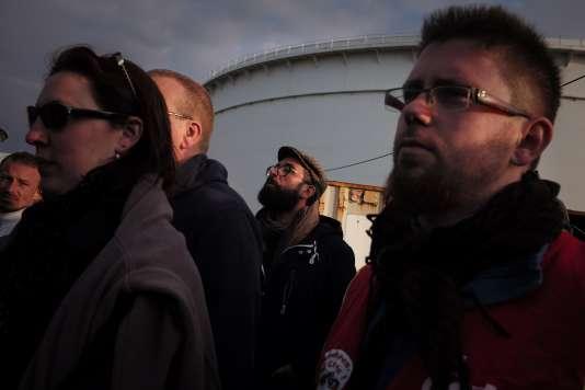 Des employés syndiqués de l'industrie pétrolière soutiennent les salariés grèvistes de la Compagnie Industrielle Maritime (CIM), le 24 mai 2016 à l'entrée des terminaux pétroliers du port du Havre, alors que la grève vient d'être votée pour protester contre la loi Travail.