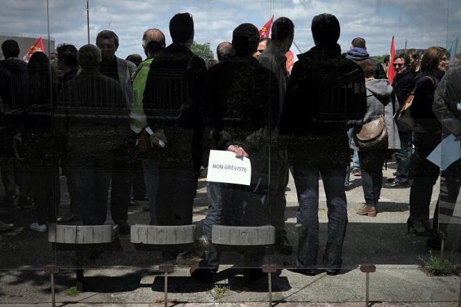 Du personnel non gréviste de la raffinerie Exxon Mobil de Gravenchon fait face aux grévistes, le 24 mai, à l'entrée du site, alors que la grève vient d'être votée pour protester contre la loi travail.