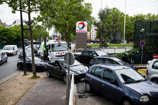 A la suite des blocages de nombreux sites pétroliers en France beaucoup d'automobilistes se ruent dans les stations-service parisiennes pour s'approvisionner préventivement. Ici dans une station service porte d'Orleans, le 24 mai 2016.