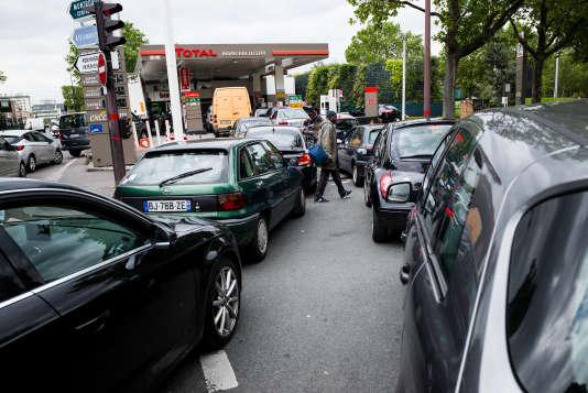 A la suite du blocage de nombreux sites pétroliers en France beaucoup d'automobilistes se ruent dans les stations-service parisiennes pour s'approvisionner préventivement. Ici, dans une station-service de la porte d'Orleans, le 24 mai 2016.