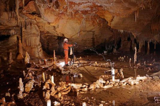 Dans la grotte de Bruniquel (Tarn-et-Garonne), étude archéomagnétique d'une structure circulaire de stalagmites construite par des néandertaliens il y a 176 000 ans.